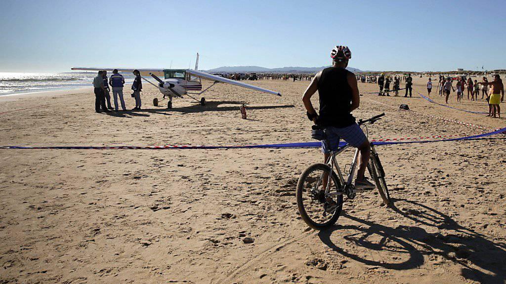 Ein Flugschüler und sein Lehrer mussten ihre Cessna notfallmässig an einem Strand landen. Die linke Tragfläche war gebrochen. Dabei wurden zwei Personen vom Flugzeug erfasst und getötet.