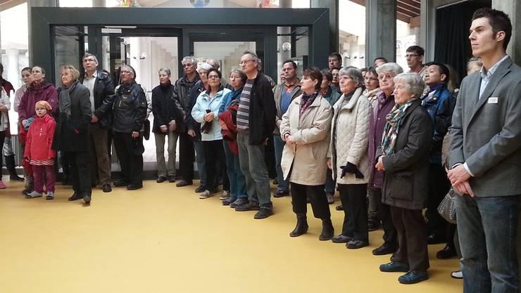 Im neuen, attraktiv gestalteten Foyer der Mehrzweckhalle verfolgen die Schaulustigen am Samstag eine symbolische Schlüsselübergabe. hol