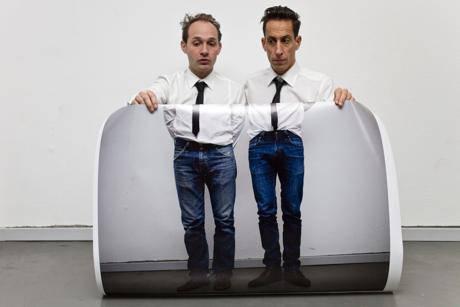 Das weltbekannte Künstler-Duo macht sich auch kleiner als es ist.
