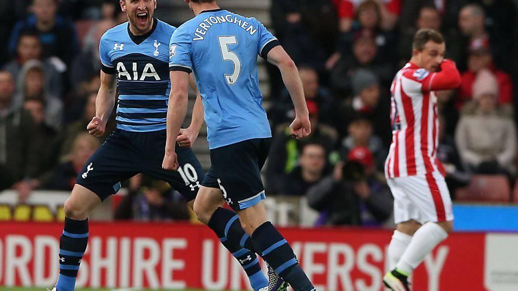 Tottenhams Harry Kane (links) schiesst gegen Stoke seine Saisontore 23 und 24