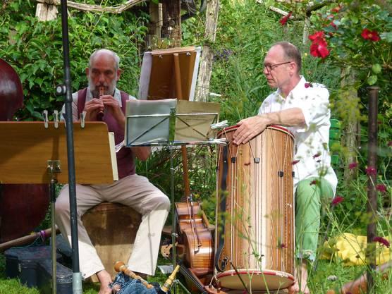 Die Musiker haben viele Holzinstrumente mitgebracht