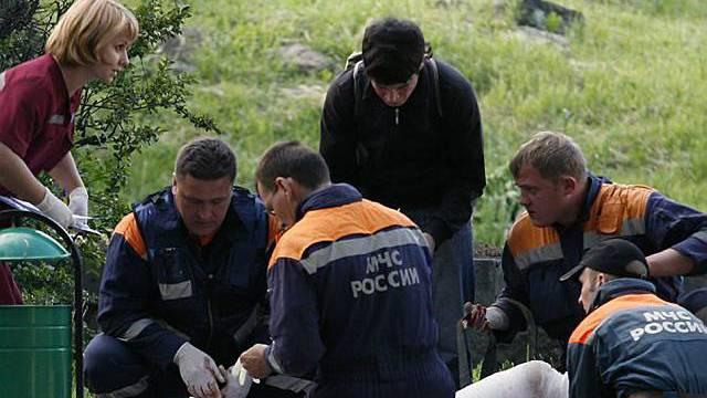 Helfer verarzten Verletzte am Ort des Anschlags