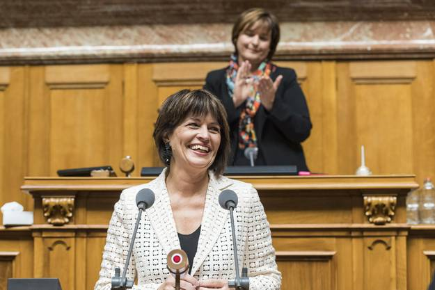 Applaus für die abtretende Doris Leuthard – hinter ihr klatscht Nationalratspräsidentin Marina Carobbio Guscetti (SP, Tessin).