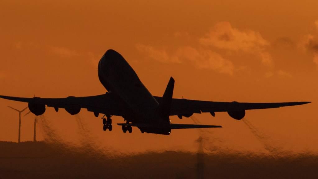 ARCHIV - Eine Boeing 747 startet vom Flughafen Frankfurt aus in den Abendhimmel.  (Archivbild) Foto: Boris Roessler/dpa