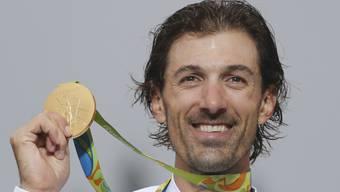 Fabian Cancellara präsentiert überglücklich die im Zeitfahren gewonnene Goldmedaille
