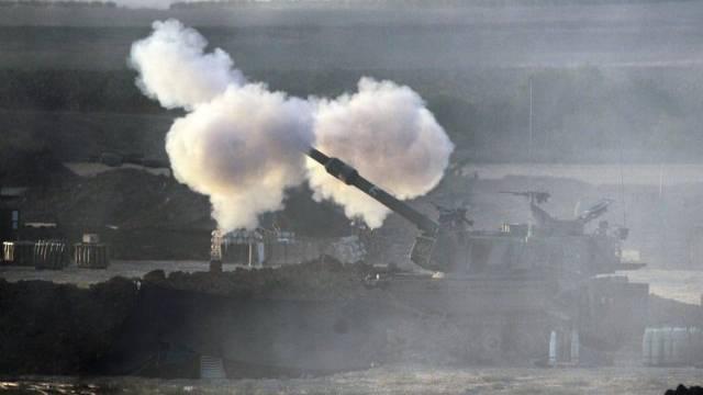 Ein israelischer Panzer feuert Geschosse in Richtung Gaza