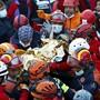 dpatopbilder - HANDOUT - Rettungshelfer tragen das gerettete dreijährige Mädchen aus den Trümmern in Izmir. Foto: -/Istanbul Fire Authority/AP/dpa - ACHTUNG: Nur zur redaktionellen Verwendung im Zusammenhang mit der aktuellen Berichterstattung und nur mit vollständiger Nennung des vorstehenden Credits