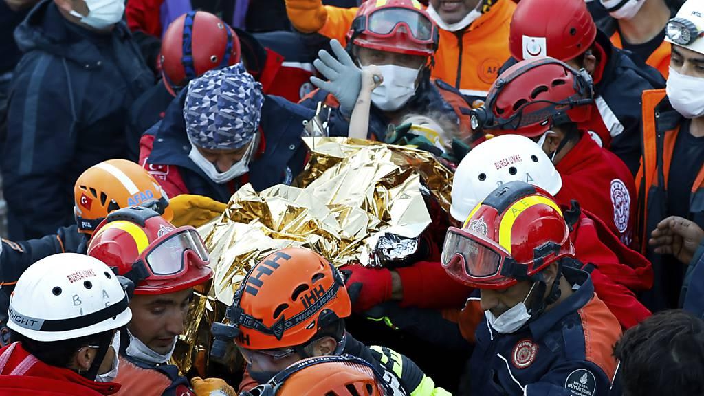 Dreijährige 65 Stunden nach Erdbeben aus Trümmern gerettet