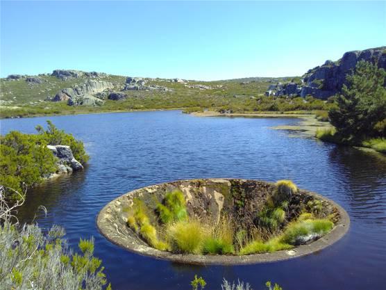 Das «Loch» im See gibt den Touristen Rätsel auf.