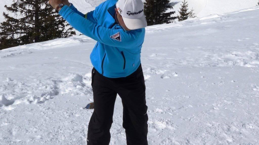 Dieser Schneegolfer übt bereits fleissig. Ende Februar wird oberhalb von Faido TI auf 2000 Metern über dem Meer ein Golf-Platz für ein Turnier eingerichtet.