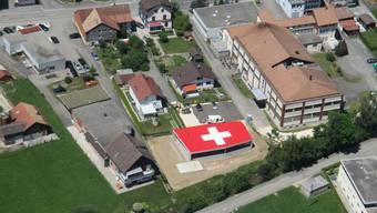 Nach dem goldenen Dach von Olten sorgt im Thal das Flachdach mit dem Schweizer Kreuz für Aufsehen.