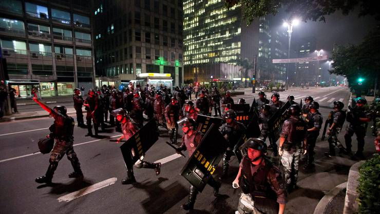 Brasiliansche Polizisten gehen teilweise massiv gegen die Demonstranten vor.