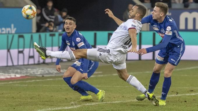 Viel fehlte dem FCB nicht zur perfekten Hinrunde - aber in etwa so viel, wie Arthur Cabral hier vom Ball trennt.