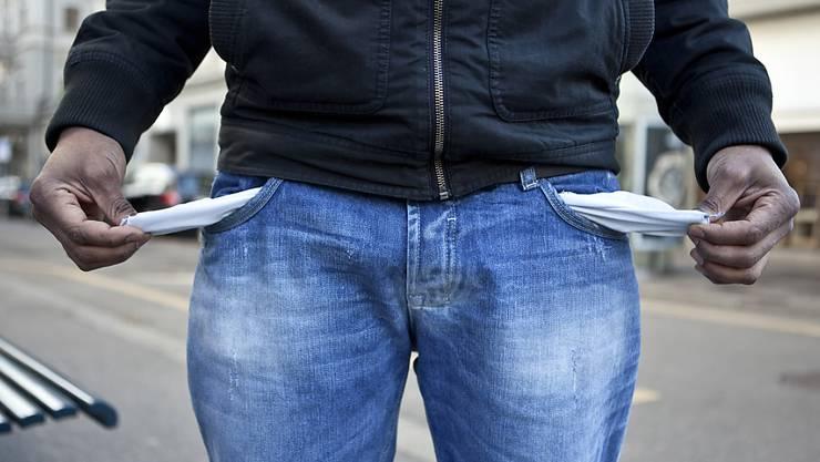 Leere Taschen, kein Geld: Statt wie angestrebt weniger, kämpfen in Europa immer mehr Menschen mit der Armut. (Symbolbild)