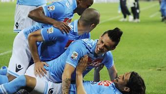 Rudelbildung bei Napolis Spieler nach Hamsiks (2.v.u.) Tor zum 2:0