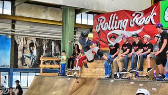 Im Rolling Rock Aarau bringt der Skooter Freestyle Weltmeister Dakota Schuetz sein Können zur Schau.