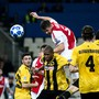 Amsterdam-Spieler Maximilian Wober überspringt die gesamte Abwehr von AEK Athen