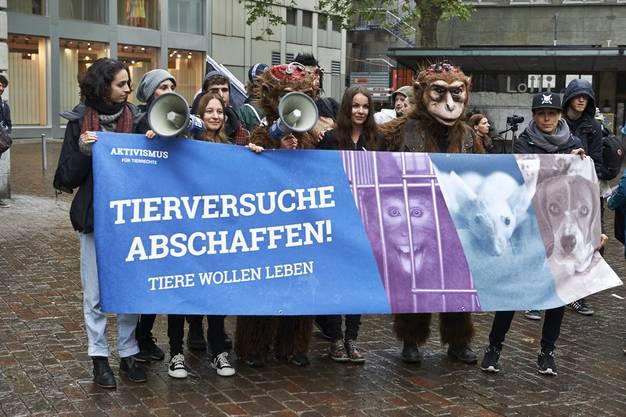 Mit Plakaten fordern die Aktivisten den Stopp von Tierversuchen.