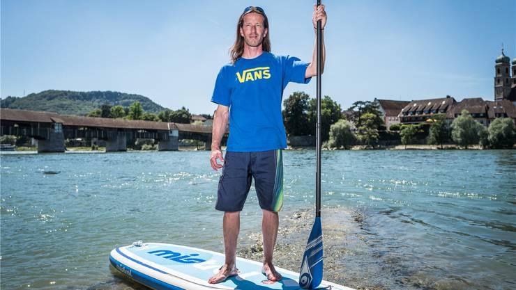 Im Sommer führt Christian Wunderlin unter anderem Stand-up-Paddling-Touren auf dem Rhein. Auch im Winter ist das Wasser sein Element. Mario Heller/Archiv