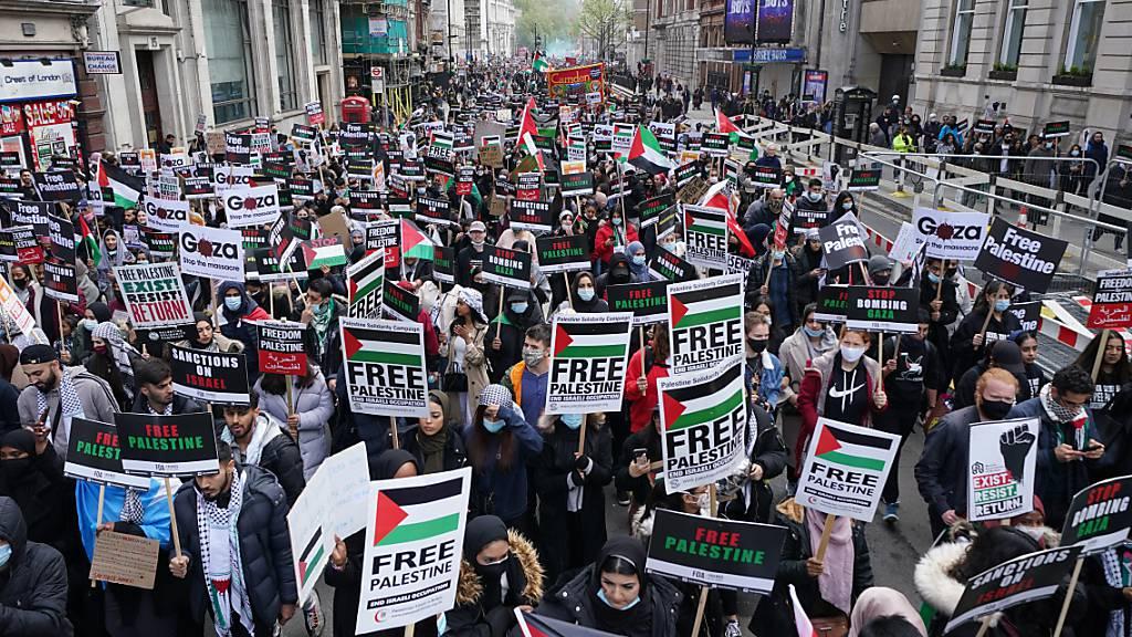 Demonstranten nehmen im Stadtzentrum an einem Protest in Solidarität mit Palästina teil, nachdem es zu einer Waffenruhe im Nahostkonflikt gekommen ist. Foto: Yui Mok/PA Wire/dpa