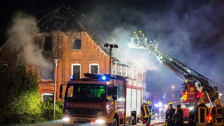 Feuerwehrleute bei den Löscharbeiten in Boizenburg in Mecklenburg-Vorpommern. Menschen kamen in dem leer stehenden Mehrfamilienhaus offenbar nicht zu Schaden