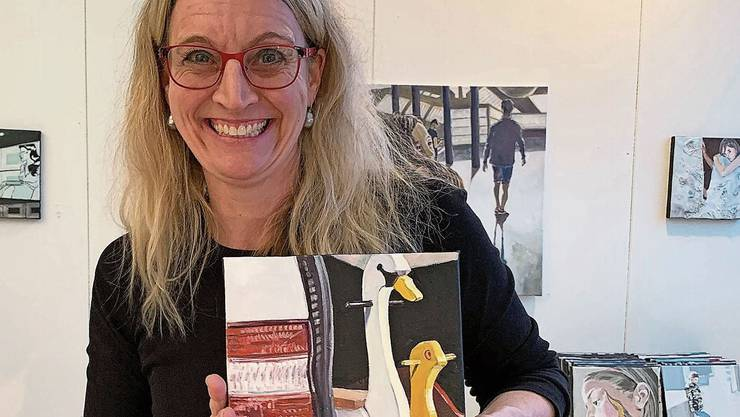 Anja Voegeli in ihrem Atelier im Wisa-Gloria-Areal mit Bild, das den Ausstellungsflyer ziert.