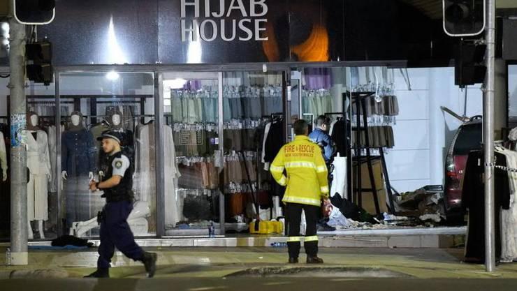 Bei einem Verkehrsunfall in Australien sind ein Dutzend Menschen verletzt worden. Ein SUV krachte an einer Ampel zuerst in ein stehendes Fahrzeug und anschliessend in ein Kleidergeschäft.