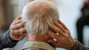 Damit man überhaupt eine Chance hat, eine Therapie gegen Alzheimer zu entwickeln, muss er früher diagnostiziert werden können. (Symbolbild)