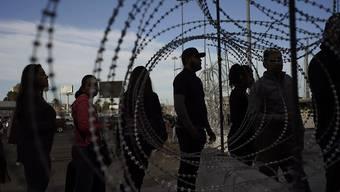 Die USA wollen an der Grenze zu Mexiko ihre Soldaten lediglich mit Schlagstöcken statt mit Schusswaffen ausstatten, um illegale Grenzübertritte zu verhindern. (Archivbild)