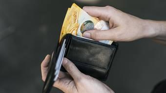 Unter dem Strich bleibt weniger im Portemonnaie. (Themenbild)