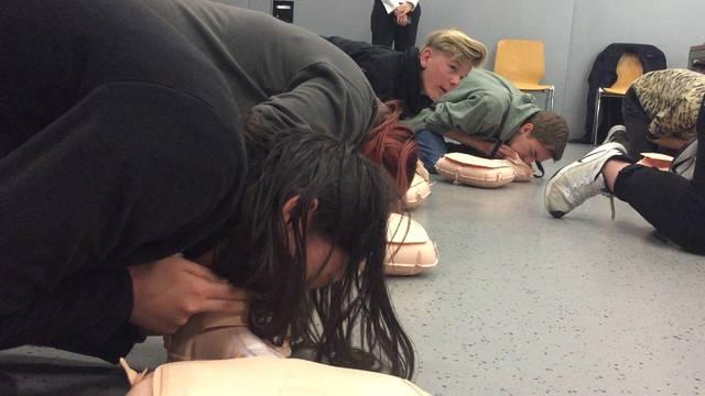 Reanimation: Die Schüler üben sich in Herzmassage und Beatmung.