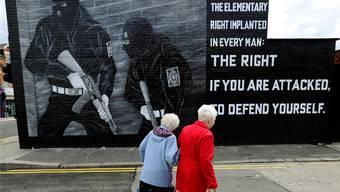 «Vorbereitet für Frieden, bereit für Krieg»: Bedrohliches Mural in Belfast.