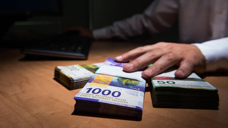 Gelingt der Betrug, kann das für die Opfer teuer werden. In Bern händigten zwei Personen mehrere 10'000 Franken aus. (Symbolbild)