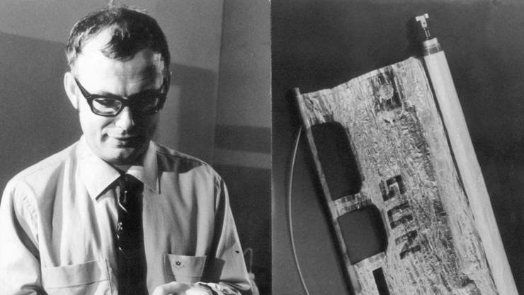 August 1969: Der Berner Physikprofessor Johann Geiss (Bild links) hält einen Vakuumzylinder in der Hand, in dem sich ein Sonnensegel (Bild rechts) befindet, das auf der Reise zum Mond mit an Bord war. Das Sonnensegel diente der Messung des Sonnenwindes (Archivbild)