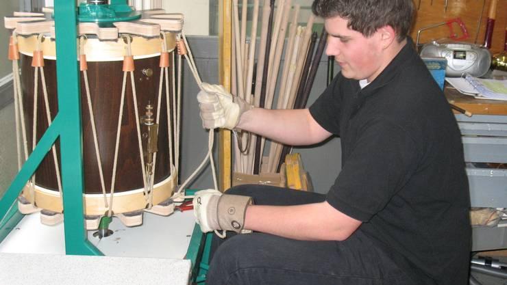 Stefan Freiermuth in der Werkstatt beim Spannen der Seile.
