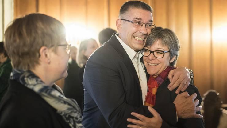 Vizeammann Markus Schneider, links, freut sich nach seiner Wahl zum Stadtammann mit Regula Dell'Anno-Doppler, anlässlich des zweiten Wahlgang im Stadthaus in Baden