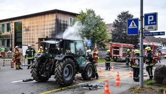 Noch während der Fahrt begann der Traktor zu brennen.