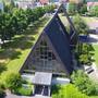 Rechts hinter der Pauluskirche liegt das Paulushaus – eine Baracke, die seit den Neunzigerjahren als Provisorium für das Gemeindeleben der katholischen Kirche im Birrfeld dient.
