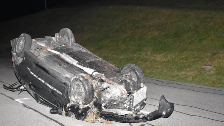 Das Auto landete nach einem spektakulären Selbstunfall in Goldingen SG auf dem Dach.