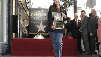 Maria Burton vor den Hollywood-Sternen ihrer Eltern Richard Burton und Liz Taylor auf dem Walk of Fame in Los Angeles: Die gebürtige Deutsche wurde als Kleinkind vom Schauspielerpaar adoptiert. (Archivbild)