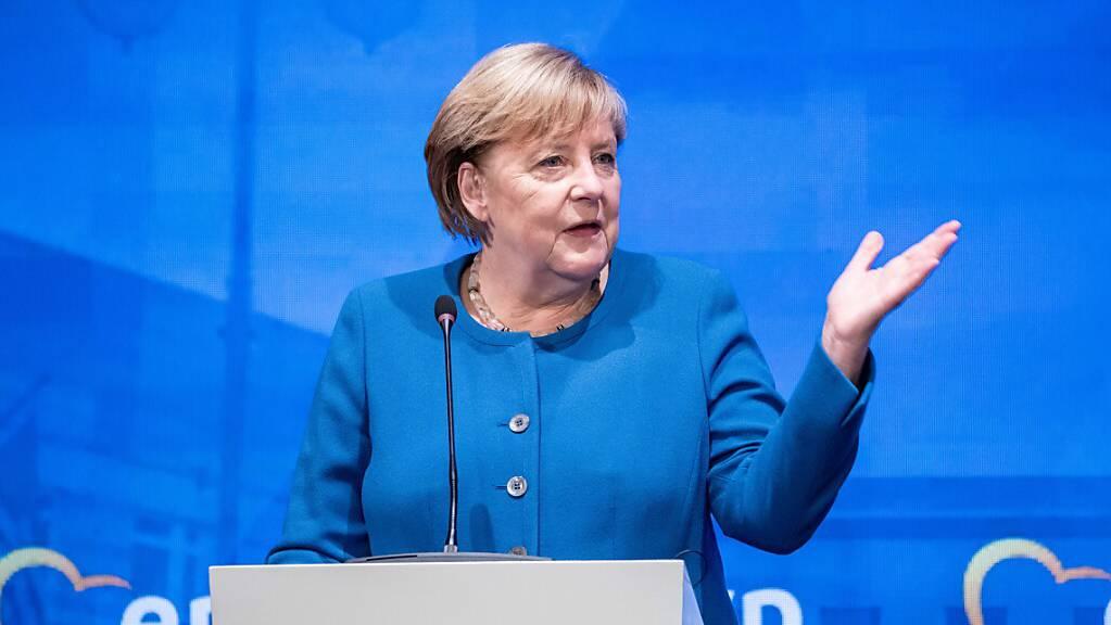 Deutschlands Bundeskanzlerin Angela Merkel (CDU) spricht zu Beginn ihrer Rede bei der Klausurtagung des Vorstand der EVP-Fraktion des Europäischen Parlaments. Merkel (CDU) sieht den Ausgang der Bundestagswahl am 26. September trotz desaströser Umfragewerte für ihre Christdemokraten weiterhin offen. Foto: Michael Kappeler/dpa