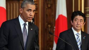 Präsident Obama (links) mit Regierungschef Abe vor den Medien
