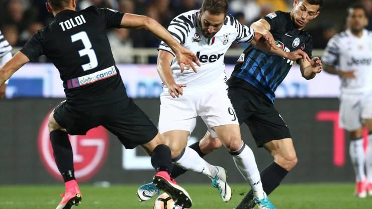 Aufsässig: Atalanta-Legionär Remo Freuler (rechts) bereitet Juventus Turins Goalgetter Gonzalo Higuain Probleme
