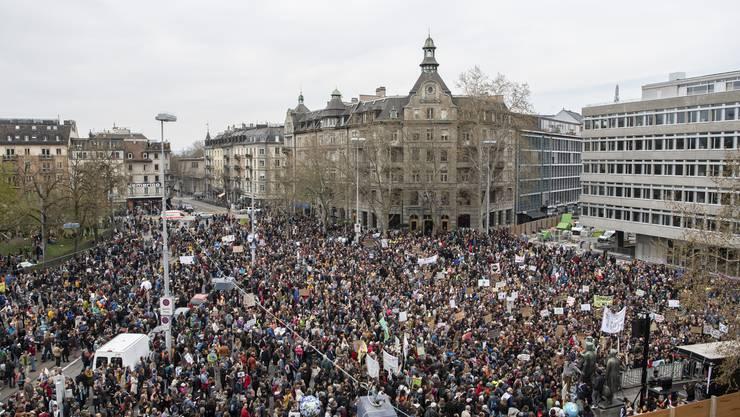 Menschen demonstrieren am schweizweiten Klimastreik gegen die Klimapolitik und fuer einen sicheren Klimaschutz am Samstag, 6. April 2019 in Zuerich. (KEYSTONE/Ennio Leanza)