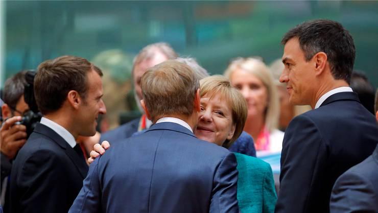 Angela Merkel (Mitte) begrüsst Macron, Tusk und Sanchez (v.l.) zum EU-Gipfel in Brüssel.