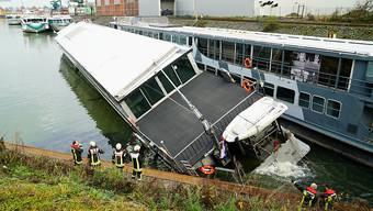 In Köln ist ein 63 Meter langes Partyschiff in seinem Winterquartier gesunken.