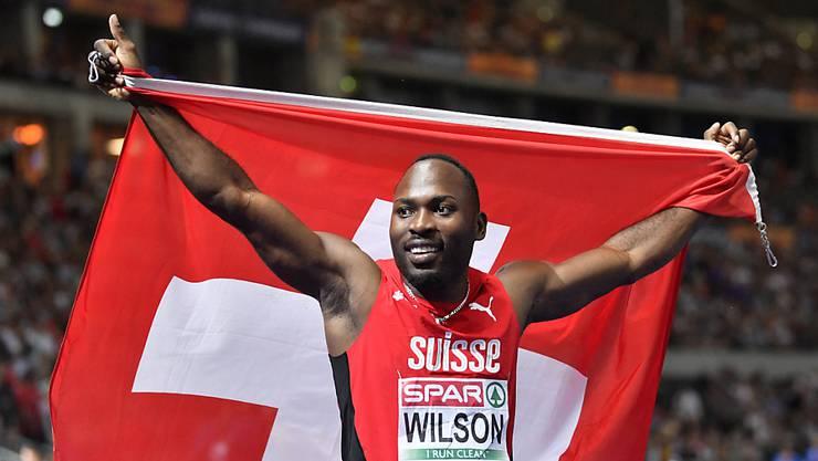 Alex Wilson feiert mit Schweizer Fahne seine Bronzemedaille.