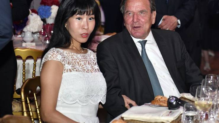 Altkanzler Gerhard Schröder tut alles für seine Gattin Soyeon Kim. Um ihr anständige Bratkartoffeln zubereiten zu können, hat er sogar den Fernsehkoch Alfons Schuhbeck angerufen. (Archivbild)