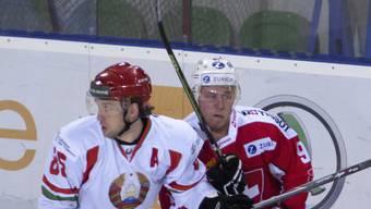 Der einzige Schweizer Torschütze Enzo Corvi (rechts) im direkten Zweikampf mit dem Weissrussen Artiom Wolkow.