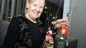 Vreni Seiler mit den noch namenlosen Miniatur-Marionetten.